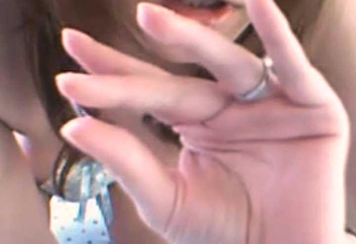 指に付いた愛液を糸引きさせている(ライブチャット動画)