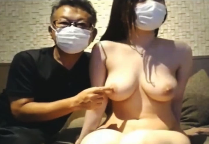 ライブチャットでおじさんに乳首触られる美巨乳女