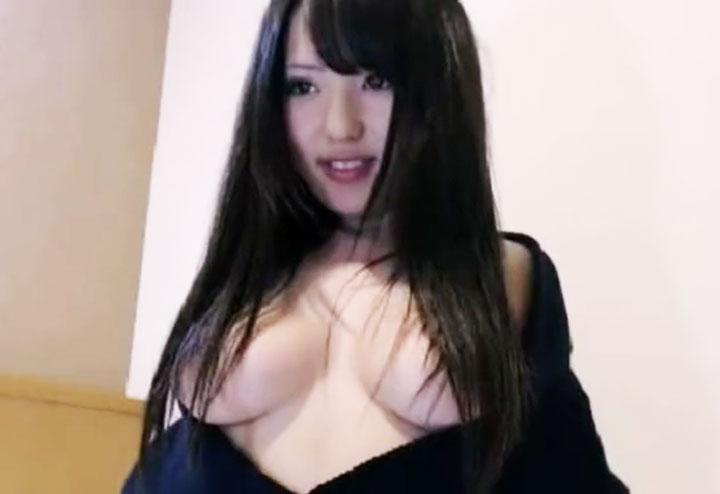 髪ブラしている巨乳女(ライブチャットキャプチャー動画)