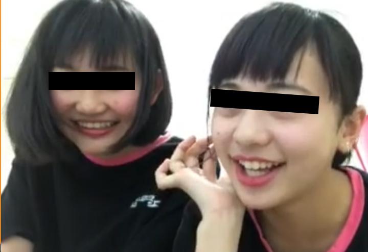 ライブチャットで興奮する少女二人