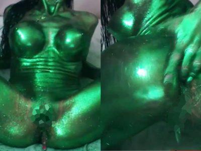 緑色金粉を塗って無修正オナニーライブ