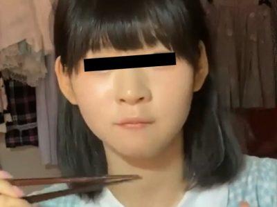 ご飯を食べるニコ生少女