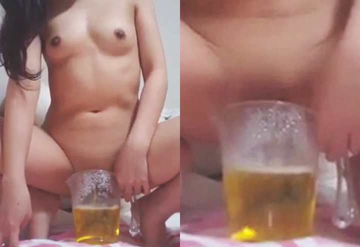 ビールジョッキに大量放尿中
